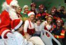 Los bomberos de Huelva ayudan a Papá Noel en su tradicional visita a los pacientes del Hospital Juan Ramón Jiménez
